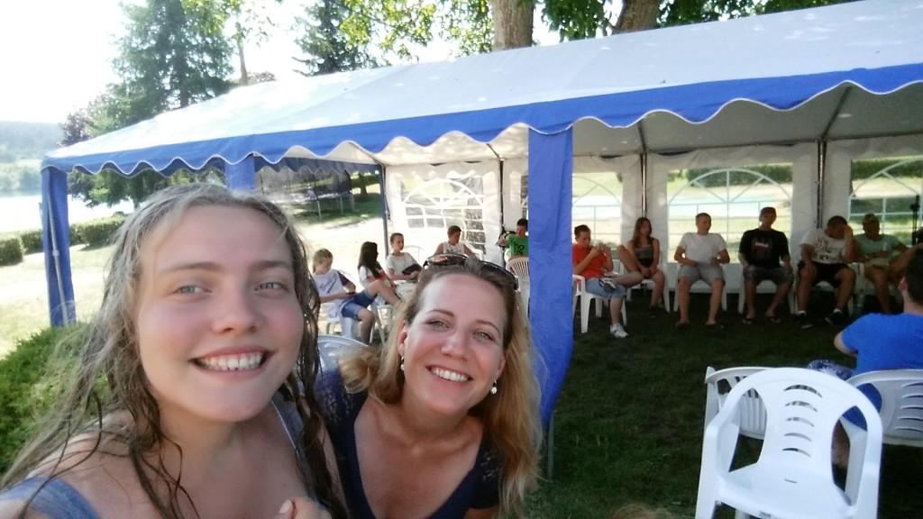 Piękne uśmiechy Mamy i Córki przy namiocie młodzieżówki! fot. Trz